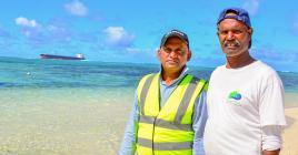 Sam Anit et Hemraj Maooa font partie d'une équipe de six personnes.