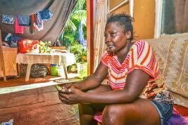 Elle espère pouvoir trouver un endroit où vivre en sécurité avec ses filles.