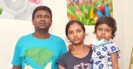 La petite avec ses parents.