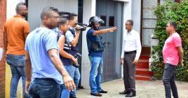 Shakeel Rummun, donnant des explications aux enquêteurs devant la maison où il a tué sa mère.