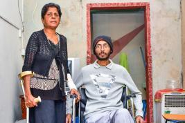 Sheela est aux petits soins pour son fils, même si elle ne jouit pas d'une bonne santé.