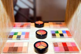 En plus de vendre ses produits, la belle va bientôt ouvrir son Make-up Academy.