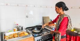 Petit-déjeuner, déjeuner, c'est plus de 100 repas que ces bénévoles préparent chaque jour.