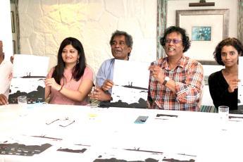 Rama Poonoosamy (au centre) tenant l'affiche du festival.