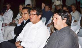 Le ministre du Tourisme, Michael Sik Yuen, aux côtés de Jocelyn Kwok de l'AHRIM et Vincent Desvaux de Marigny du groupe Attitude.