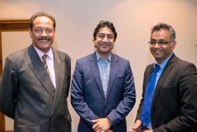 Gérard Sanspeur, Chairman du Board of Investment, Manvendra (Sherry) Singh, Chief Executive Officer  (CEO) de Mauritius Telecom, et le Dr Yousouf Ismael, CEO de Global Finance Mauritius.