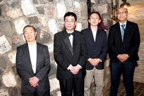 Michel Lan Kwet Hian, Chairman, Gérard Lan Kwet Hian, directeur, Jean Claude Ah Cham, Finance Manager, John Lee Tin Ngok, Team Leader –Sales Department, tous de Dragon Electronics.