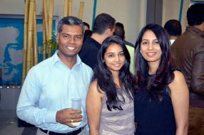 Navin Peerthy, Regional Director de Samsung Indian Ocean Islands, et deux invitées de la soirée, Leshna Ramdhony et Pamela Bhuruth.
