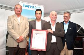 Cyril Mayer, Managing Director de Terra, le ministre du Travail, Shakeel Mohamed, Jean Michel Gérard, Power Plant Manager de la centrale, et Dimitri Schaub, directeur exécutif d'AFNOR à Maurice.