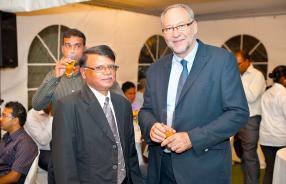 Dayanand Kurrumchand de Terragri et Bernard Chouzenoux  de l'ambassade de France.