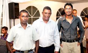 Mandiri Veerendra et Ricardo Labonté, tous deux agents d'exploitation, et Zahir Hyder, Chef de quart, tous de Terragen.