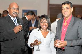 Satuda Coottigan, Sales & Marketing de Lafarge, Lucy Richard, Technical Sales Support de Premixed Concrete Ltd, et Nirmal Moloo, directeur de Moloo Hardware Shop.