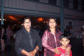 Geeta Jeeloll, Merysha Rakha et Aditya Rakha.