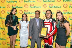 Entourés des hôtesses de la soirée: Shalini Bunwaree-Nagdan, Kiran Juwaheer, Managing Director de Vivo Energy Mauritius, et Ruben Bacha, Shell FuelSave Ambassador.