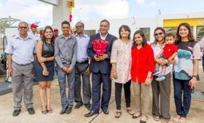 Kiran Juwaheer, Managing Director de Vivo Energy Mauritius, entouré de la famille Ajoodhea.