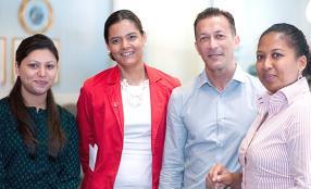 Rani Ramdaursingh, Valérie Rochecouste, Randianina Rasoamiaramanana, toutes trois de Coca-Cola Islands, entourent Gilbert Deville, Managing Director d'Ideos Communications.