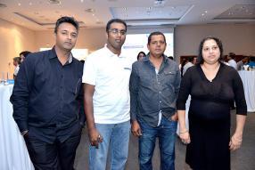 Ravi Gopee de Magasin Gopee et Stephane Veeramalay, Sales Representative de JMG, en compagnie de Chandrader et Ashwantee Ramsurrun de Ramsurrun Hardware Ltd.