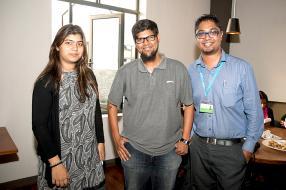 Yajna Rugjee, Marketing Trainee de Vivo Energy Mauritius Limited, Ismael Bhayat, gérant de la station-service Shell à Ébène, et Sanju Deerpaul, Brand Manager de Vivo Energy Mauritius Limited.