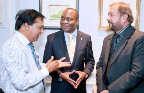 Deelanee Dooreemeah, nutritionniste, Lionel Marumahoko, directeur général de Coca-Cola Company pour la corne de l'Afrique, et Devanand Rittoo.