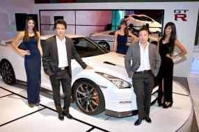 Dean Ah Chuen, directeur exécutif, Michel Ng, Marketing Manager, tous deux d'ABC Motors, entourés des hôtesses de la soirée aux cotés de la Nissan GTR.