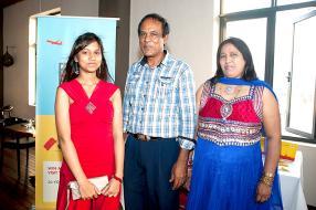 Jessika Ramnawaj, étudiante du Hindu Girls College, Data Ramnawaj et Jyotika Ramnawaj, tous deux directeurs de Bogess Ltd.