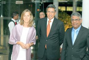 Le ministre du Tourisme et des communications externes, Xavier-Luc Duval, et le ministre de l'Industrie et du commerce, Ashit Kumar Gungah.