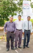 Ram Matapullut, Shell Card Supports Officer, Afsar Soobadar, Distribution Manager, et Krishnen Vencadachellum, Retail Manager chez Vivo Energy Mauritius.