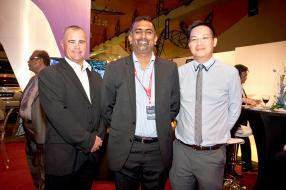 Grant Scott de Nissan South Africa, Nitish Gungabissoon d'ABC Motors et Nick Chin, Head of Finance d'ABC Banking Corporation.
