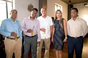 Ram Mattapullut, Cards Operation Officer, Krishnen Vencadachellum, Retail Manager, et Patrick Richard, tous les trois de Vivo Energy Mauritius Limited, Neelam Sharma, animatrice à Radio Plus, et Krishen Veerapen Chetty, Engineering & Property Manager de Vivo Energy Mauritius Limited.