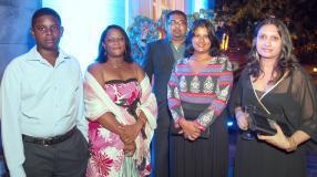 Loïc et Natacha Ecroignard, secrétaire et réceptionniste, Priscila Romooah, Operations Manager, son époux Yuvrajsingh et Rubina Ramsamy, Office Manager, tous de Petredec (Mauritius) Ltd.