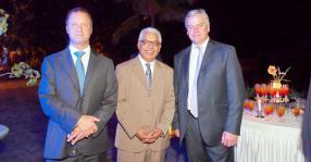 Klaus Gohra,  le Dr Sunil Gunness, Chairman de Petredec (Mauritius) Ltd, et Chris Stedman.