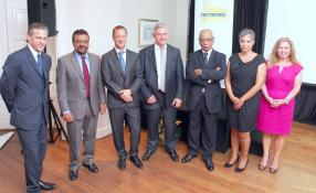 Mark Haines, Managing Director of Business Development, Petredec Limited, Megh Pillay, directeur de la State Trading Corporation, Klaus Gohra, directeur de Petredec (Mauritius) Ltd, Chris Stedman, actionnaire chez Petredec, le ministre de l'Industrie et du Commerce, Cader Sayed-Hossen, Nathalie Venis, General Manager de Petredec (Mauritius) Ltd, et Alison Abbott, Marketing and Communications Director de la WLPGA (World LP Gas Association).