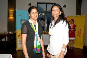 Majo Deshayes, Sales Support (Retail & Marketing) de Vivo Energy Mauritius Limited, et Leena Ittoo, gérante de la station-service Shell de Curepipe Latanier.