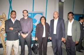 Des employés de Vivo Energy Mauritius : Sanju Deerpaul, Brand Manager, Bernard Domingue, Procurement Manager, Patrick Crighton, Finance Manager, son épouse Clivy, et Krish Vencadachellum, Retail Manager.
