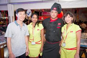 Rudy Yip, chef de cuisine, entouré de Jacques Li, Marketing Manager d'ABC Foods, Anoushka Armon, secrétaire, et Arielle Lew Shun, réceptionniste  d'ABC Foods.
