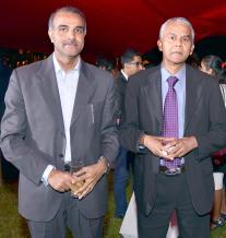 Rameswurlall Basant Roi, Gouverneur de la Banque de Maurice, en compagnie de Bashir Currimjee, Chairman d'Emtel.