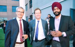 Le Dr Roger Tennant, directeur de FCD North, Jean-Pierre Dalais, Chief Executive Officer de Ciel Ltd, et le Dr Simmardeep Singh Gill, Chief Operating Officer de Fortis Clinique Darné.
