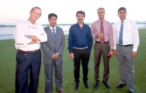 Le Dr Guy Adam, chirurgien, le Dr Ibrahim Edoo, gynécologue et obstétricien, le Dr Balbir Varma, Senior Urologist, le Dr Oomesh Shamloll, cardiologue, et le Dr Pravish Rai Sookha, chirurgien.