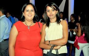 Nandini Soobah, HR Manager, et Vanusha Lutchmeepersad de l'agence JMU Ltd qui a conservé sa place de Best Performer du côté de la Swan Insurance.
