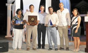 Du côté de l'Anglo-Mauritius, c'est une fois de plus JYLL Agency qui a remporté le premier prix. Une photo souvenir de Clifford Lim Ah Tock et de son équipe en compagnie de Louis Rivalland.