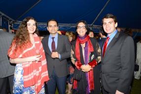 Alicia Savall et son époux Jonathan Wedd, de l'ambassade américaine, entourant Rajesh Bhandari, directeur général de Romold, et Joya Bhandari, Chairperson du MID Fund Committee.