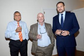 Sunil Banymandhub, Chairman d'Omnicane, aux côtés de Steve Flynn, directeur d'Open Skies Management Services Ltd, et de Philip Hadley, directeur de TAM.