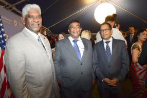 Mario Nobin, commissaire de police, Pradeep Roopun, ministre de l'Intégration sociale et de l'autonomisation économique, et Sunil Bholah, ministre de l'Activité économique, de l'entreprise et des coopératives.