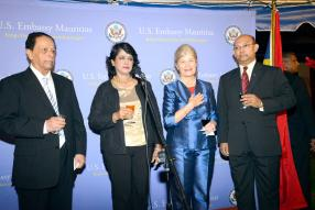 Le Premier ministre sir Anerood Jugnauth, la présidente Ameena Gurib-Fakim, l'ambassadrice américaine ShariVillarosa et Étienne Sinatamboo, ministre des Affaires étrangères, de l'intégration régionale et du commerce international.