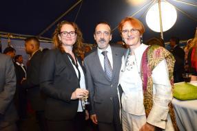 Kathleen Fox, Public Affairs Officer de l'ambassade américaine, en compagnie d'Eduardo Campos Martins, ministre-conseiller auprès de l'Union européenne, et son épouse Jirina Nebesarova.