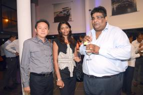 Kevin Kim Lim, Sales Manager de Porsche, Roumila Gooroochurn, Sales Coordinator de Good Harvest,  et Roy Ajodha, manager d'ABC Car Rental Ltd.