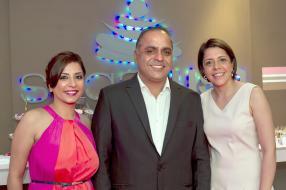 Ashita Hassamal, Managing Director de la pâtisserie Sugarush, en compagnie de Rishi Hassamal et de son épouse Michelle Mukhey-Hassamal, également Managing Director de la pâtisserie Sugarush.