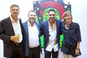 L'artiste avec Christian Mermoud, directeur de 3A The Excellence of Art, et Michel et Niky Mengal, des invités.