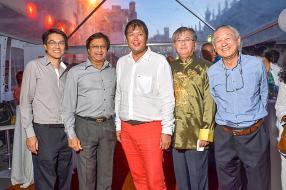 Brian Ah Chuen, Strategic Business Executive d'ABC Banking Corporation,Mookhesswur Choonee, ministre des Arts et de la Culture, Michael Sik Yuen, ministre du Tourisme et des Loisirs, Pierre Yeung Chin Shing, président de la Chambre de Commerce chinoise de Maurice, et Vincent Ah Chuen, Managing Director du groupe ABC.