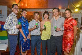 Gregory Carosin, Group Communication Manager du groupe ABC, Daniel Ng, Logistics Manager, Priscille Ng, Business Development Manager, tous deux de Speedfreight, et Brian Ah Chuen, entourés des charmantes hôtesses.